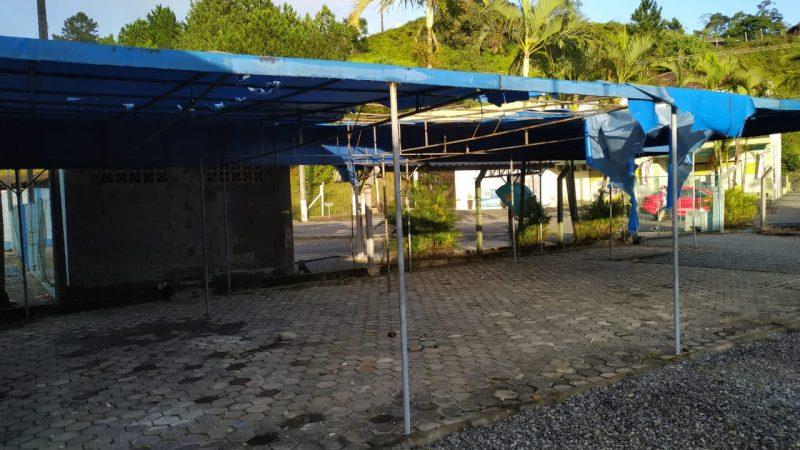 Vândalos jogaram pedras e destruíram o toldo da escola – Foto: Divulgação/ND