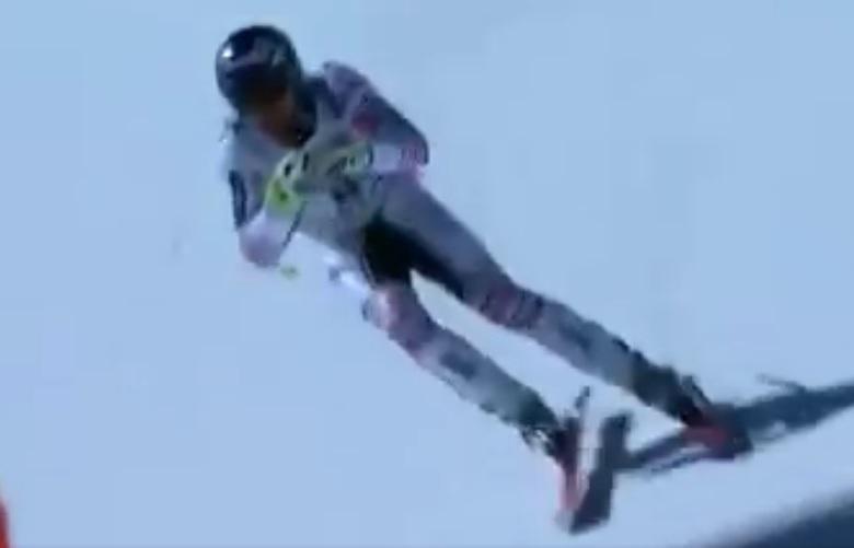Max Muzaton chegou a quicar na neve, mas se manteve de pé e continuou o percurso de costas até cruzar a linha de chegada – Foto: Reprodução/Youtube