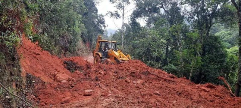 Prefeitura realiza reparos em estragos da chuva, em Anitápolis