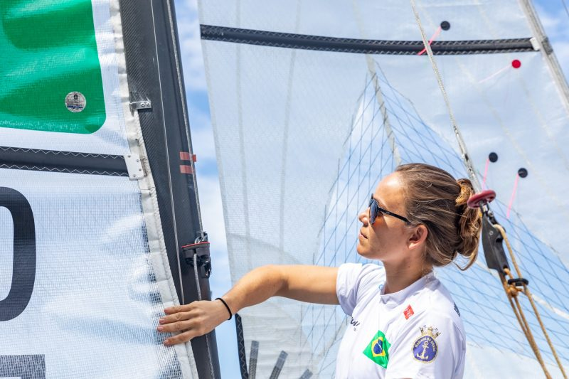 Gabriela Nicolino ajusta Vela