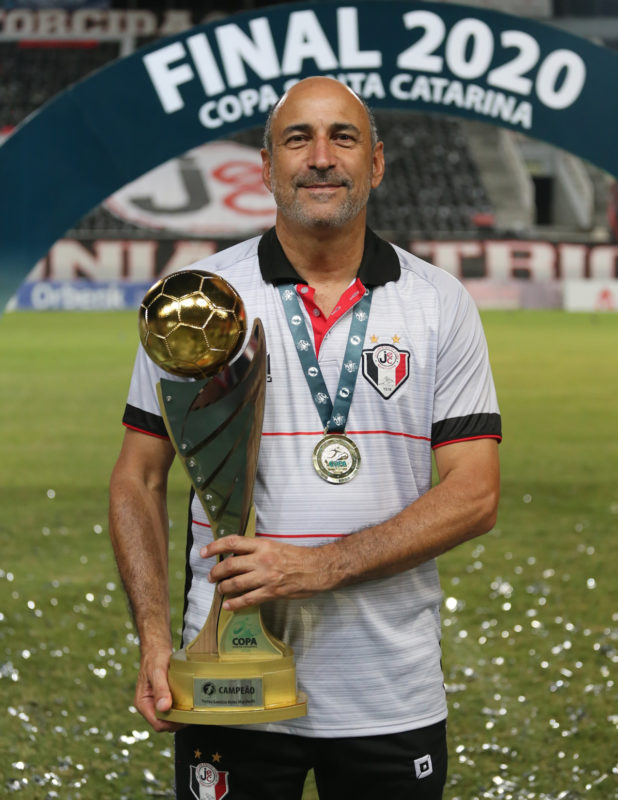 Com menos de dois meses de trabalho, Vinícius Eutrópio conquistou o primeiro título com o JEC – Foto: Vitor Forcellini/JEC