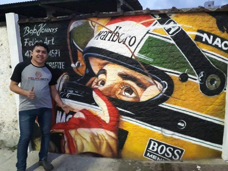Felipe é o responsável pelo grafite de Ayrton Senna no mural perto do Ciretran de Joinville – Foto: Arquivo pessoal/ND