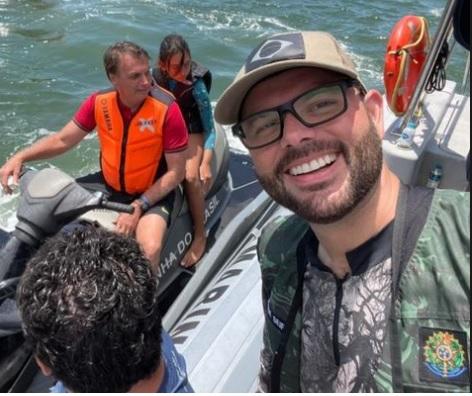 Secretário de Aquicultura e Pesca, Jorge Seif Júnior, faz selfie mostrando o presidente e a filha de jetski