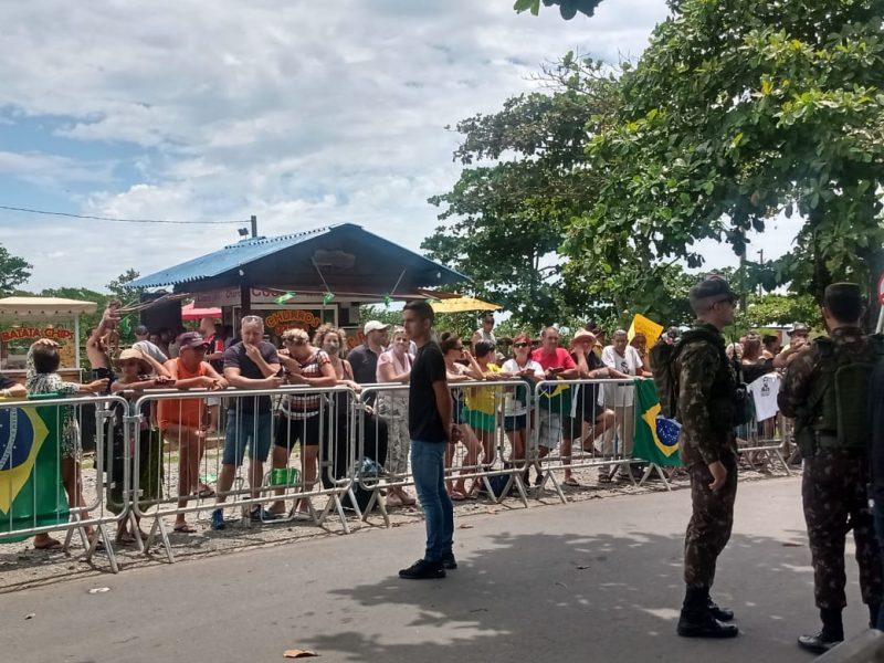 No Forte Marechal Luz, apoiadores aguardavam a chegada do presidente e da família – Foto: Sabrina Aguiar/NDTV