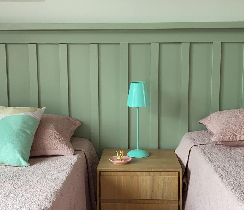 Quarto com cabeceira ripada na parede, verde-água. O espaço era para duas crianças bem agitadas. A ideia de colocar o verde foi para tranquilizar, acalmar. A cor rosa seria muito estimulante. – Foto: Divulgação