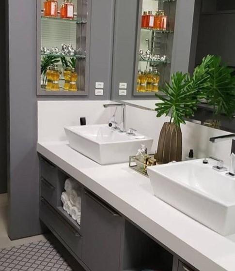 Esta bancada de Quarto Branco com duas cubas é de tirar o fôlego de qualquer um. O material remete à limpeza, clareza e calma na importante área íntima da casa.