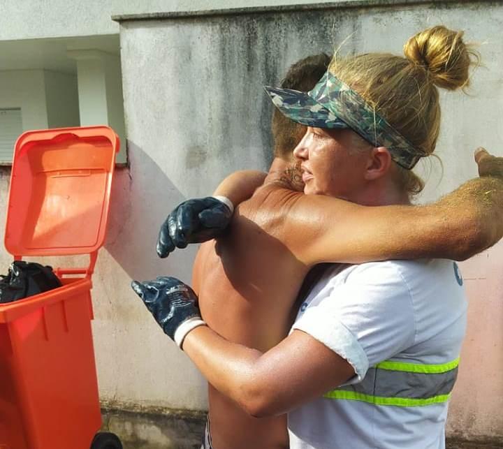 Morador abraçou a gari Geovana em agradecimento – Foto: Comcap/Divulgação/ND