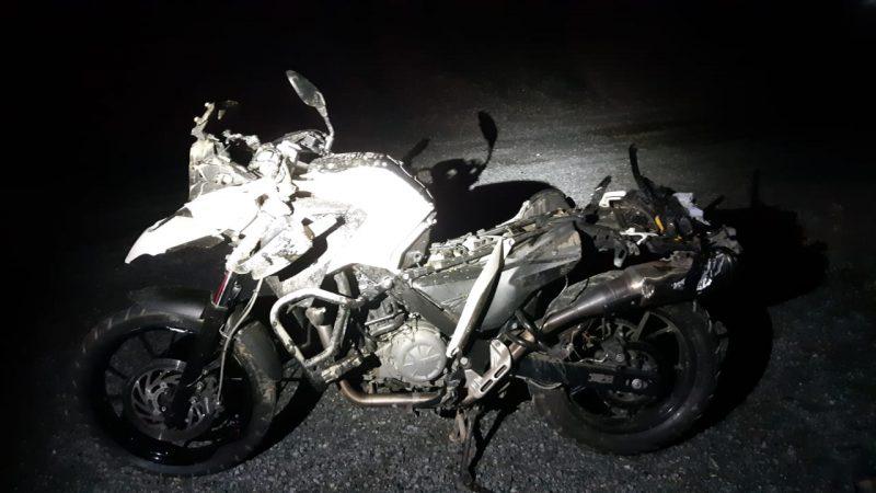 Vítimas estavam em uma moto quando ocorreu o acidente – Foto: Bombeiros Voluntários de Guaramirim/Divulgação