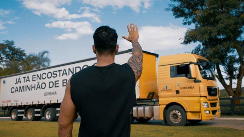 Gusttavo Lima recebeu caminhão de cerveja em sua casa – Foto: Divulgação/ND