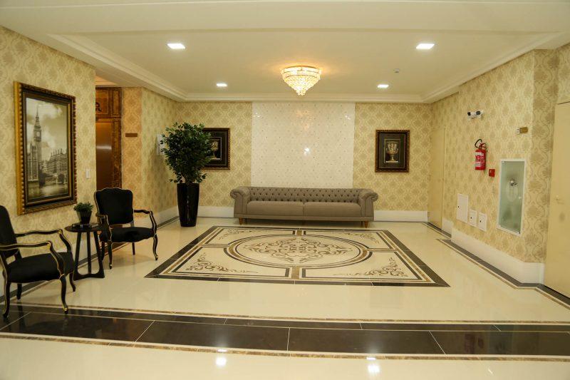 Hall do Millenium Palace com 'tapete' que delimita área social no piso – Foto: AM Construções/Divulgação