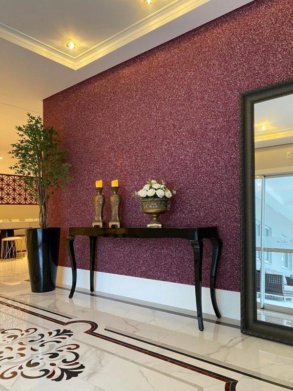 Aparador, plantas de tamanho médio e espelhos ajudam a compor um ambiente sofisticado e funcional – Residencial Lídia Dircksen – Foto: AM Construções/Divulgação