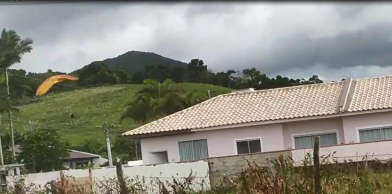 Vítima perdeu o controle do parapente e caiu em área rural – Foto: Reprodução ND