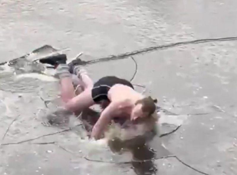 Homem de sunga caiu de cara na água enquanto patinava – Foto: Reprodução/Twitter/ND