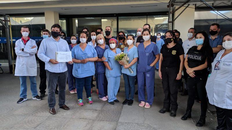 Homenagem contou com os profissionais de saúde do Hospital São José, delegada regional Tânia Harada e o secretário de Saúde, Jean Rodrigues – Foto: Juan Todescatt/NDTV Joinville