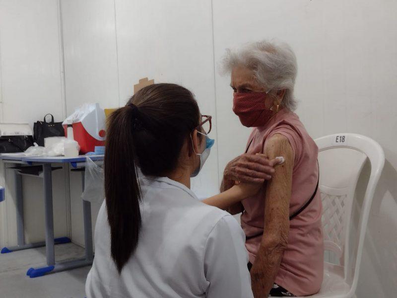 Gilda Gonçalves, 92 anos, recebeu a primeira dose na manhã desta quinta-feira, em Blumenau – Foto: Talita Catie/ND