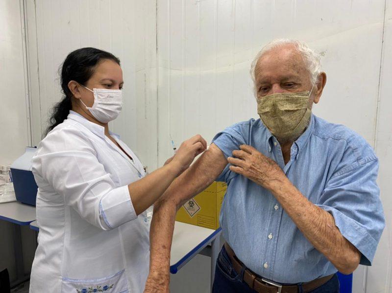 Aldo Gonçalves, 98 anos, primeiro imunizado em Blumenau com mais de 90 anos – Foto: Talita Catie/ND