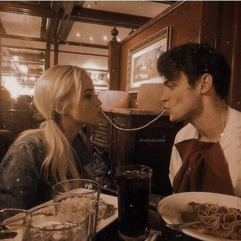 – Foto: Casal dividindo o prato de macarrão