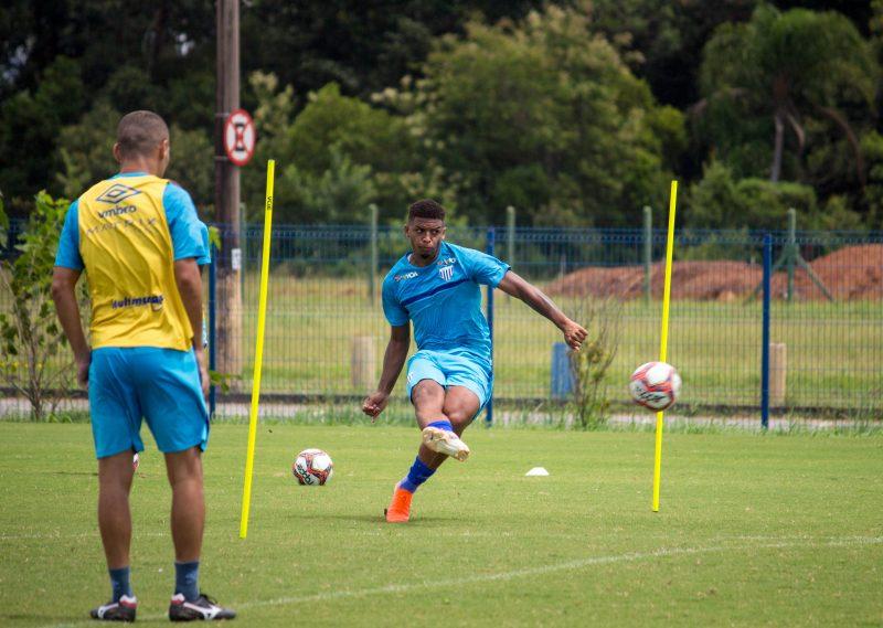 Centroavante Jonathan treina finalização: Avaí ganhou mais tempo para o clássico contra o Figueirense – Foto: André Palma Ribeiro/Avaí FC