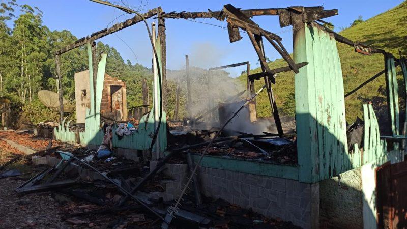 Incêndio destruiu a casa localizada no bairro Taboão, em Rio do Sul – Foto: CBMSC/Divulgação/ND