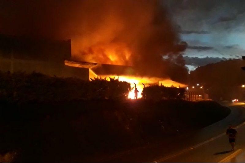 Incêndio de grandes proporções atinge empresa têxtil em Brusque – Foto: Redes Sociais/ND