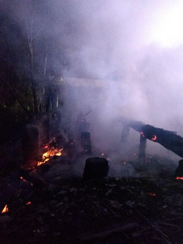 O local ficou completamente destruído, além de maquinário e equipamentos que havia dentro do local - Bombeiros de Chapecó/Divulgação/ND