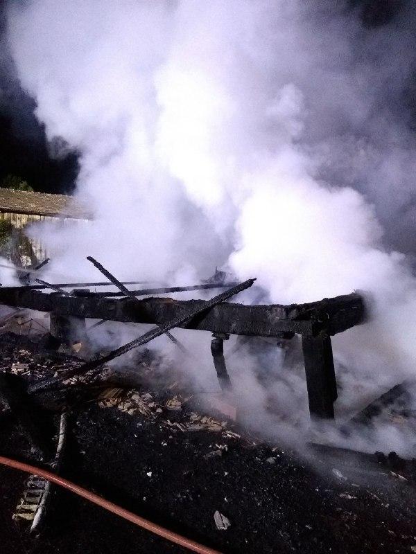 Bombeiros de Chapecó e Coronel Freitas foram chamados para fazer o rescaldo e combate do fogo - Bombeiros de Chapecó/Divulgação/ND