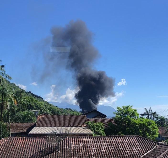 Fumaça escura é vista a uma grande distância do local – Foto: Redes sociais/ND