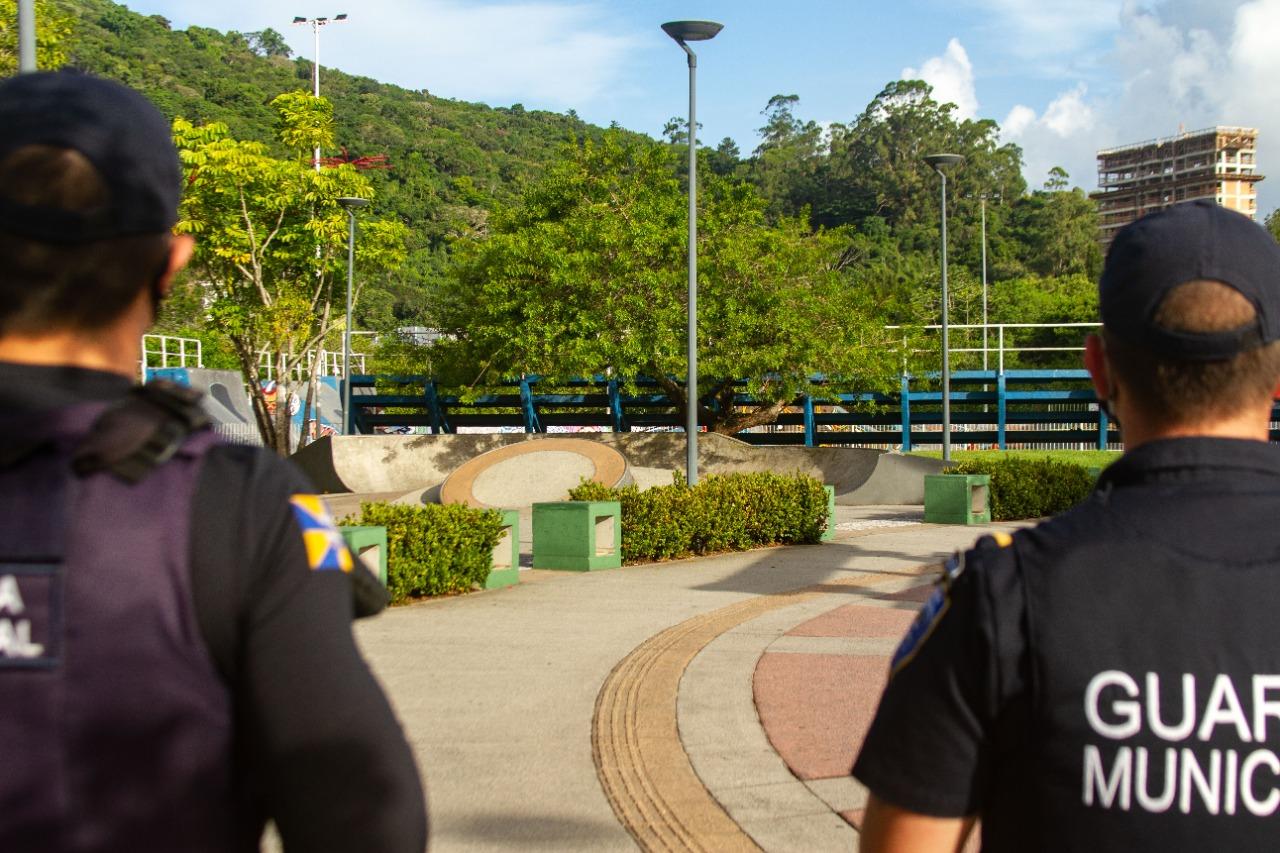 Grupo integrado com a Polícia Militar e a Guarda Municipal, garantiram o cumprimento das medidas de prevenção à Covid-19, em pontos de maior circulação de pessoas em Itajaí - Almir Rodrigues/NDTV