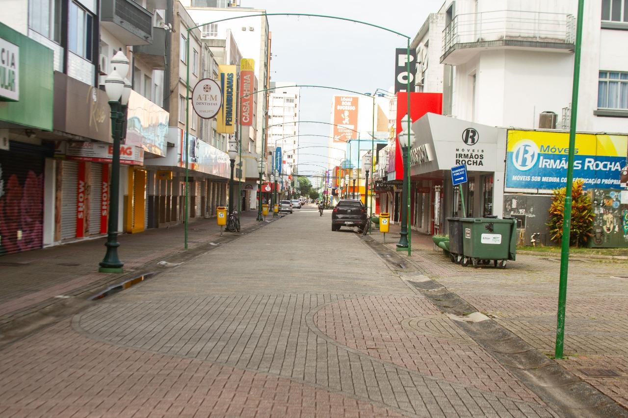 Comércio fechado e pouco movimento no calçadão de Itajaí neste sábado (27) - Almir Rodrigues/NDTV