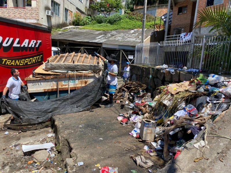 Lixo acumulado nas ultimas semanas na Rua Marcus Aurélio Homem prejudica comércios próximos – Foto: Maria Fernanda Salinet/ND