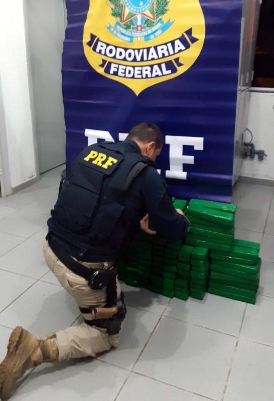 Ao todo foram apreendidas 192 barras que totalizam 110 quilos de maconha – Foto: PRF/Divulgação