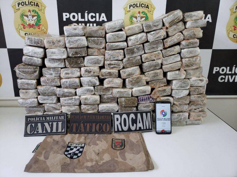 No começo da tarde deste sábado (27), três homens foram presos com quase 80kg de maconha em Chapecó, no Oeste de Santa Catarina. – Foto: Polícia Civil/ND