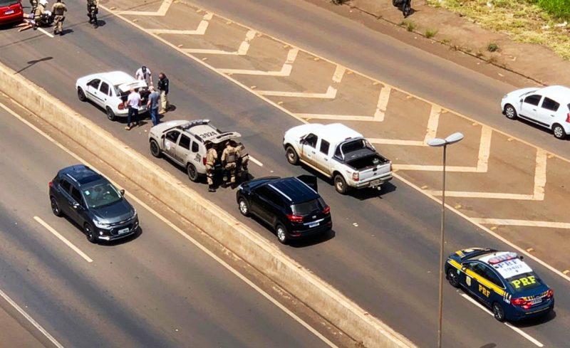 Um Palio servia de batedor para um Corsa onde foi encontrado a droga. Três homens, de 22, 26 e 28 anos, foram presos. – Foto: Polícia Civil/ND