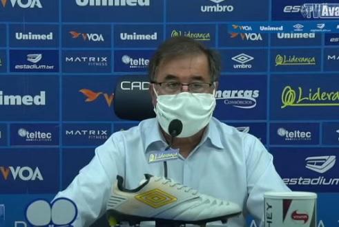 Executivo de futebol do Avaí, Dr. Marco Aurélio Cunha, em coletiva nesta quarta (10) – Foto: Reprodução/Youtube