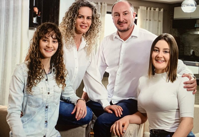 Mauro Nadal com mulher e filhas