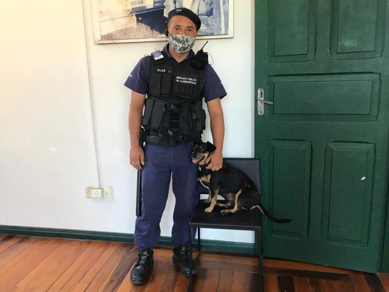 O vigilante Alex Nascimento e o cãozinho Max – Foto: Bruna Stroisch/ND
