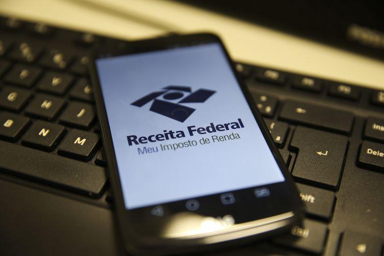 Celular mostra aplicativo da Receita Federal