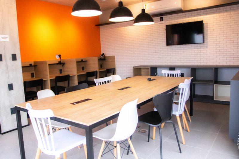 Área comum de trabalho no empreendimento é solução criativa – Foto: Estudio24/Divulgação