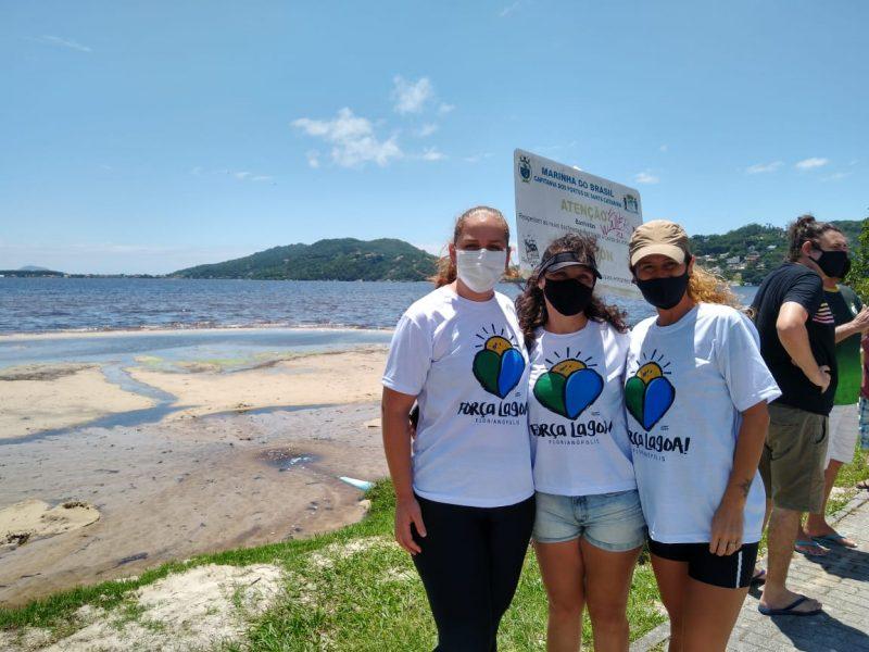 Tamiris Araújo (à esquerda), ao lado das biólogas Lenize dos Santos e Juliana Troleis, afirma que a comunidade está de luto e espera respostas sobre a situação da Lagoa da Conceição – Foto: Bruna Stroisch /ND