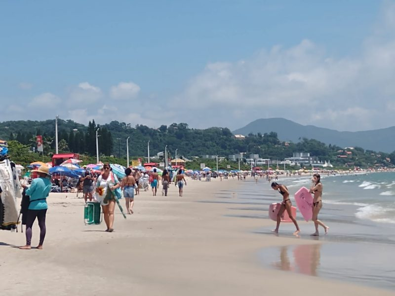 A praia de Jurerê Internacional apresenta movimento nesta quarta-feira (3). O dia ensolarado e a água quente atraiu centenas de banhistas – Foto: Bruna Stroisch/ND