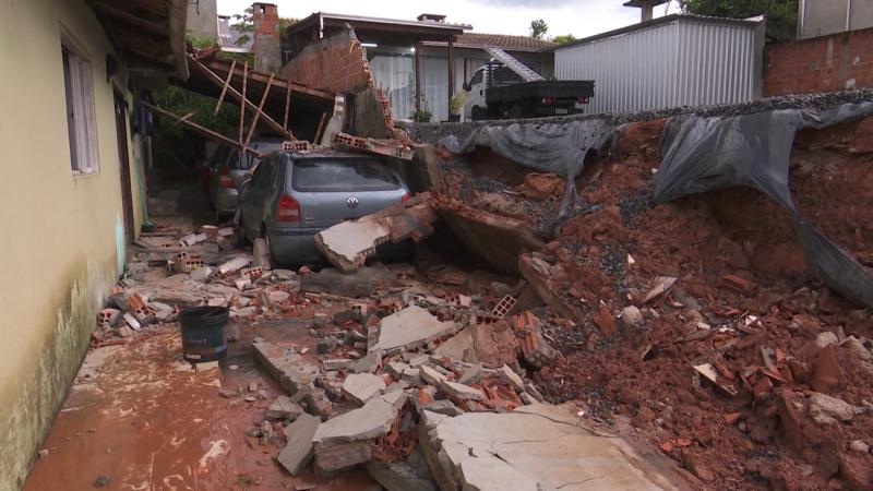 Muro cedeu e destruiu telhado da garagem de uma casa no Jarivatuba – Foto: Joci Ronkoski/NDTV