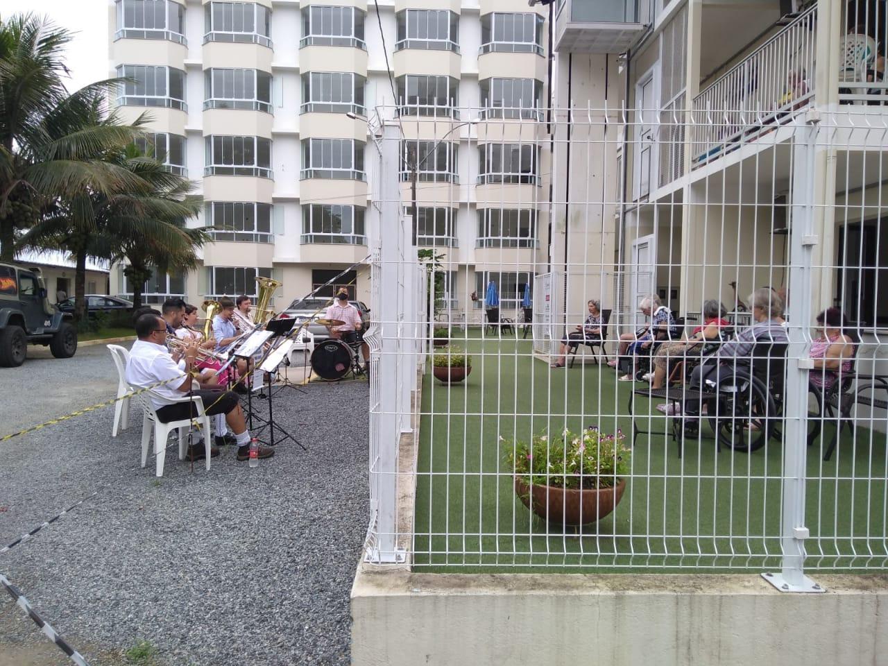 Projeto cultural leva música típica alemã para idosos em casas de repouso em Blumenau - Aline Camargo/ND Mais
