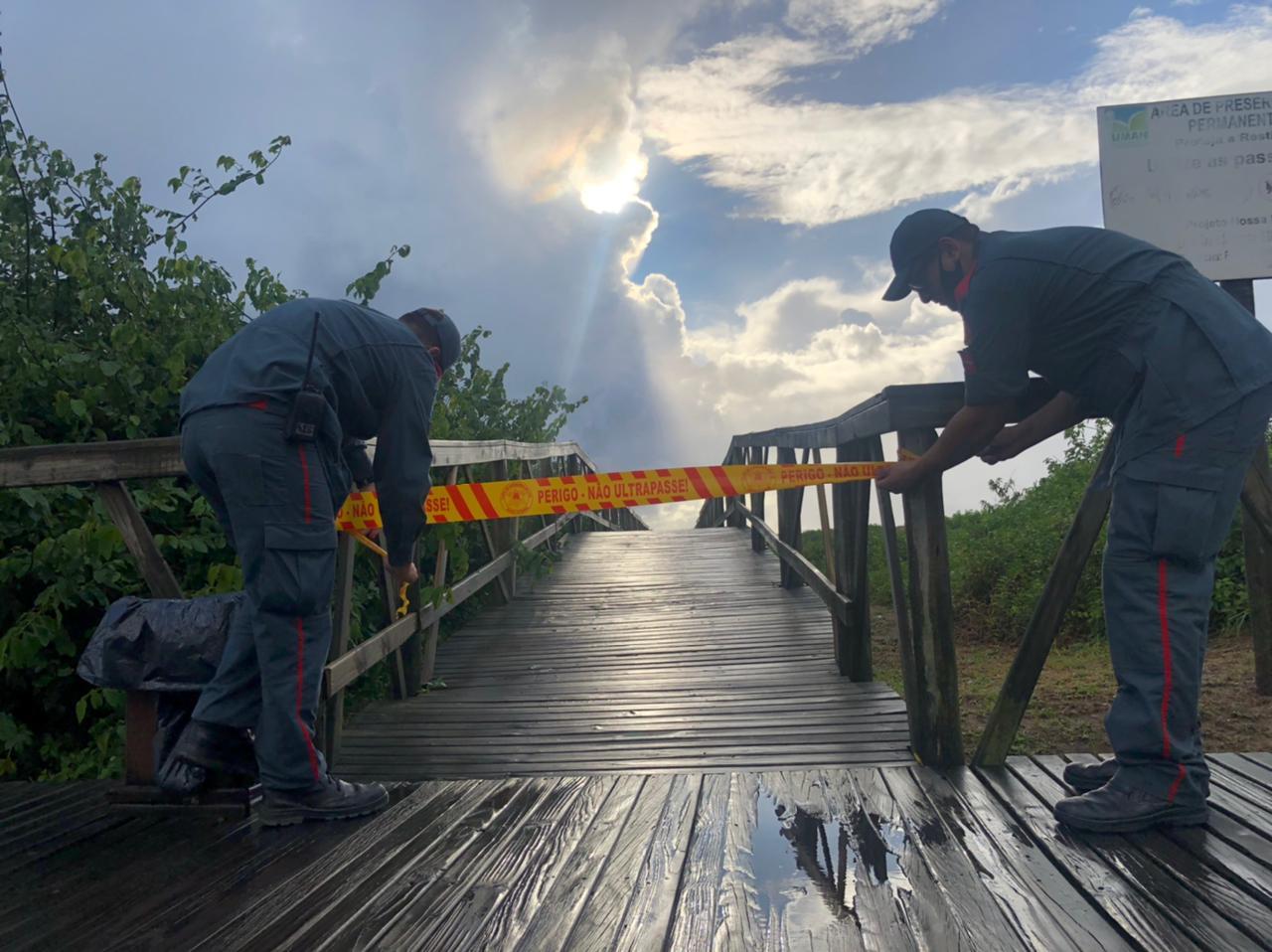 Sinalização de bloqueio de acesso às praias de Navegantes foram incluídas logo pela manhã - Corpo de Bombeiros/Divulgação