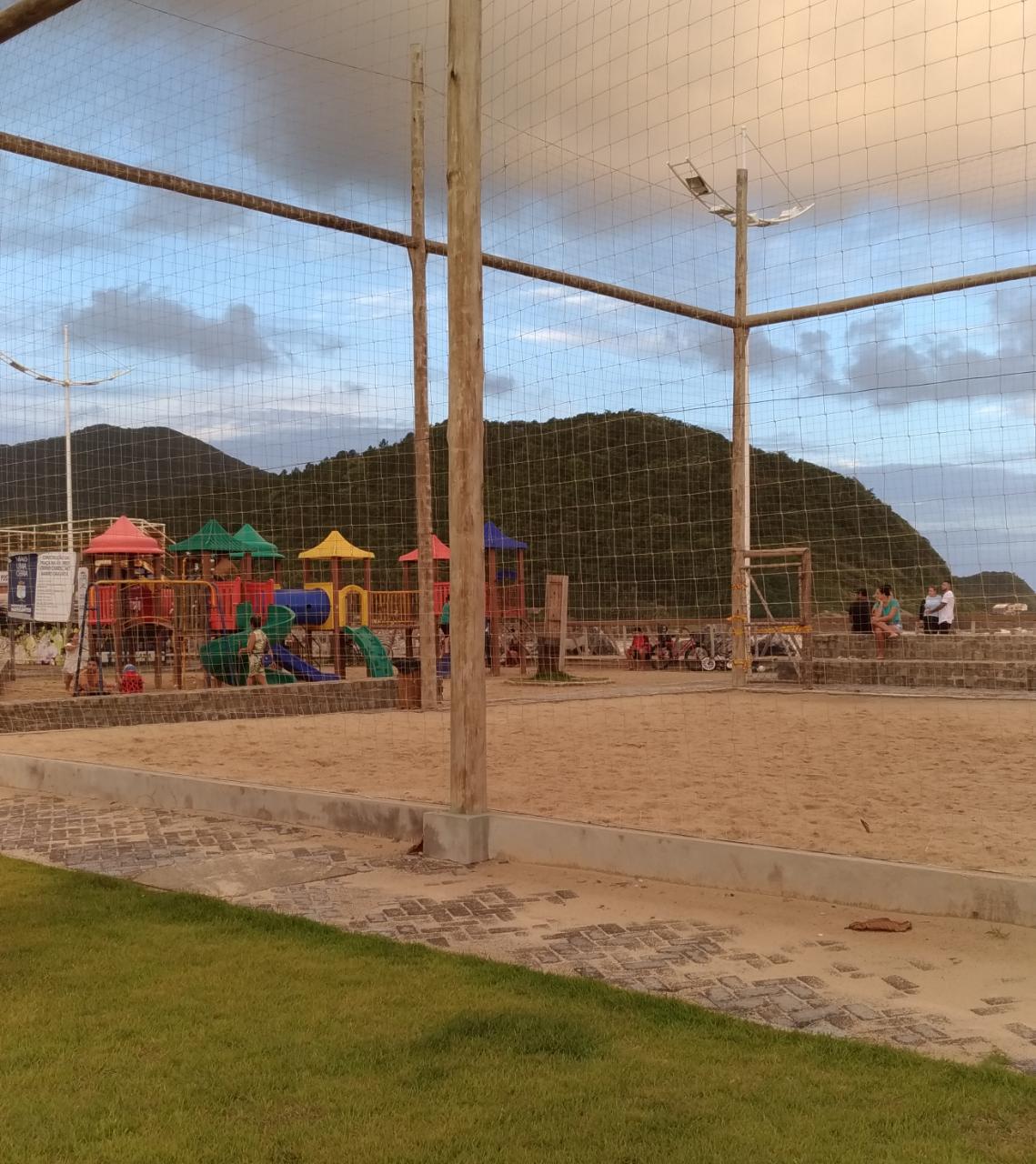 Movimentação em campos de areia de Navegantes neste sábado (27) - Reprodução/ND