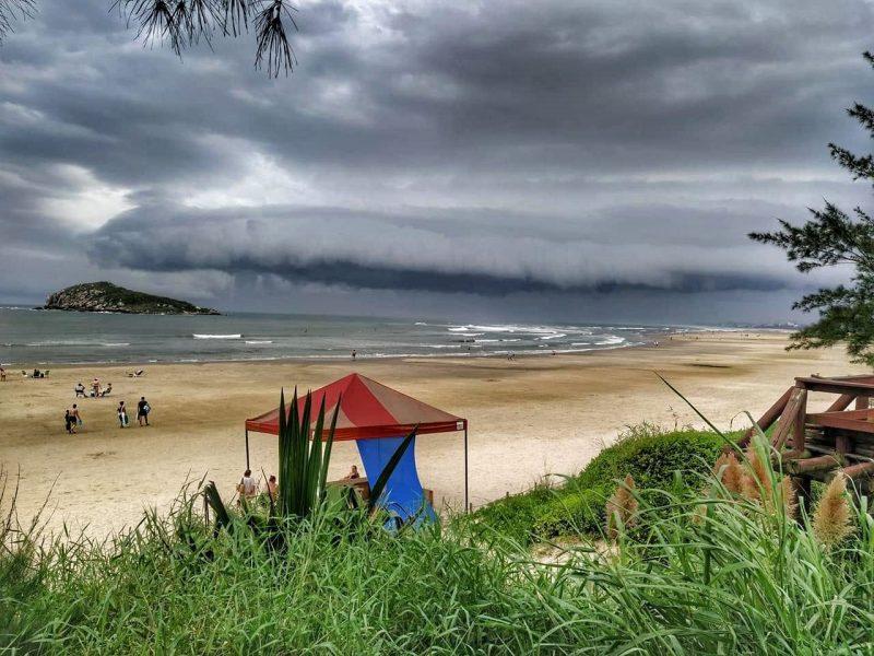 Praia com nuvem no céu
