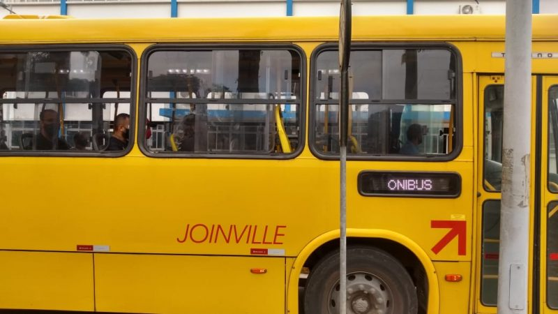 """Veículos só circulam com menos de 20 passageiros e medida provoca """"filas"""" – Foto: Jonathan Rocha/NDTV"""