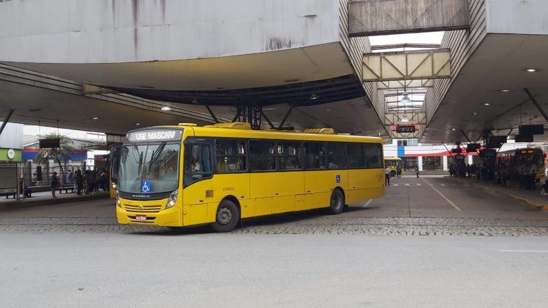 Medida iniciou na manhã desta quinta-feira (25) e plataformas ficaram lotadas de usuários à espera dos ônibus – Foto: Kelly Borges/NDTV