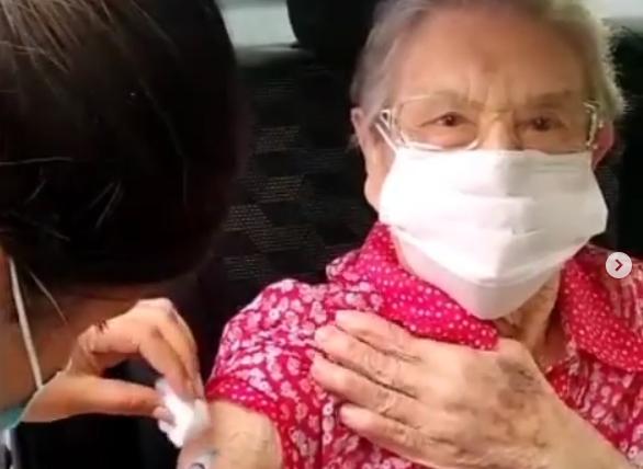 Palmirinha é vacinada contra a Covid-19
