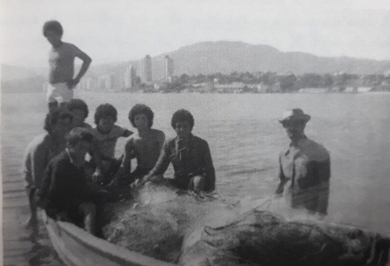 No dia 28 de abril de 1976, o time do Palmitos, cidade do Oeste do estado, veio jogar em Florianópolis pela primeira vez e perdeu para o Figueirense por 3 x 0 no estadual daquele ano. No dia anterior, aproveitando a folga e hospedados num hotel próximo ao Scarpelli, alguns jogadores saíram para conhecer o mar. Ficou para a eternidade, o registro fotográfico dos atletas Mário, Osni, Gilberto e Gilson dentro de um barco de pesca. – Foto: Adalberto Klüser/ Livro Era Uma no Oeste/ND