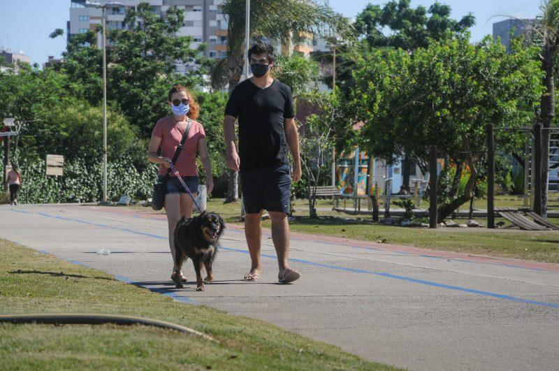 """Julia Poletto e Lucca Trilha aproveitaram a tarde de sol na Capital para passear com o cachorro. Moradora do bairro de Coqueiros, a jovem de 26 anos aprovou a manutenção do parque. """"Tava horrível, o mato muito alto, cheio de erva daninha, não dava pra trazer o cachorro porque ele voltava cheio de 'pega-pegas'. Agora ficou bem melhor"""" – Foto: Leo Munhoz/ND"""